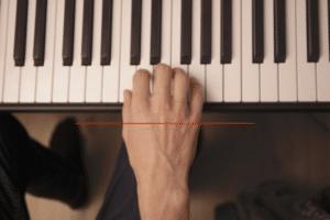 Klavier Hand parallel zur Klaviatur