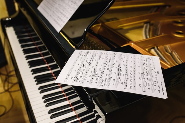 Einfache Popsongs für Klavier – 12 legale Websites mit gratis Noten